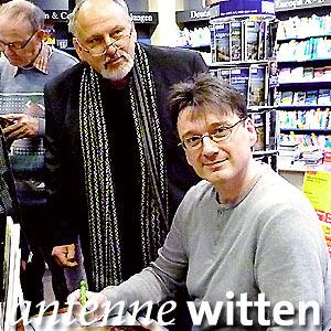Christian Lukas signiert Bücher nach einer Lesung in Witten