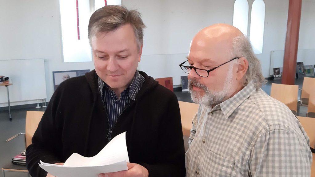 Pfarre i.R. Bernhard Laß (r.) und Marek Schirmer in der Erlöserkirche in Witten-Annen. (Foto: Christian Lukas)